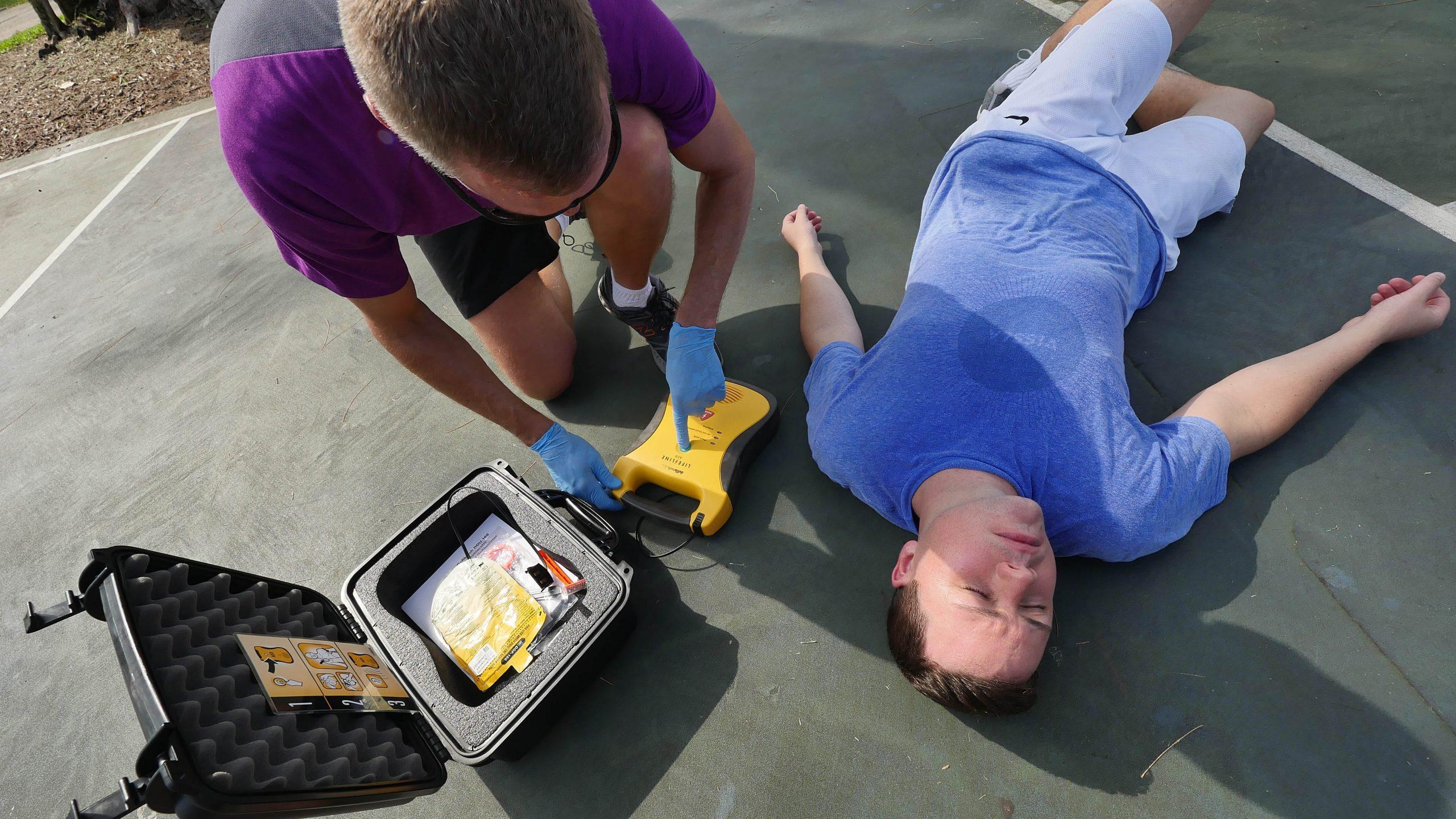 Eerste reactie-AED-wordt-gebruikt-foto