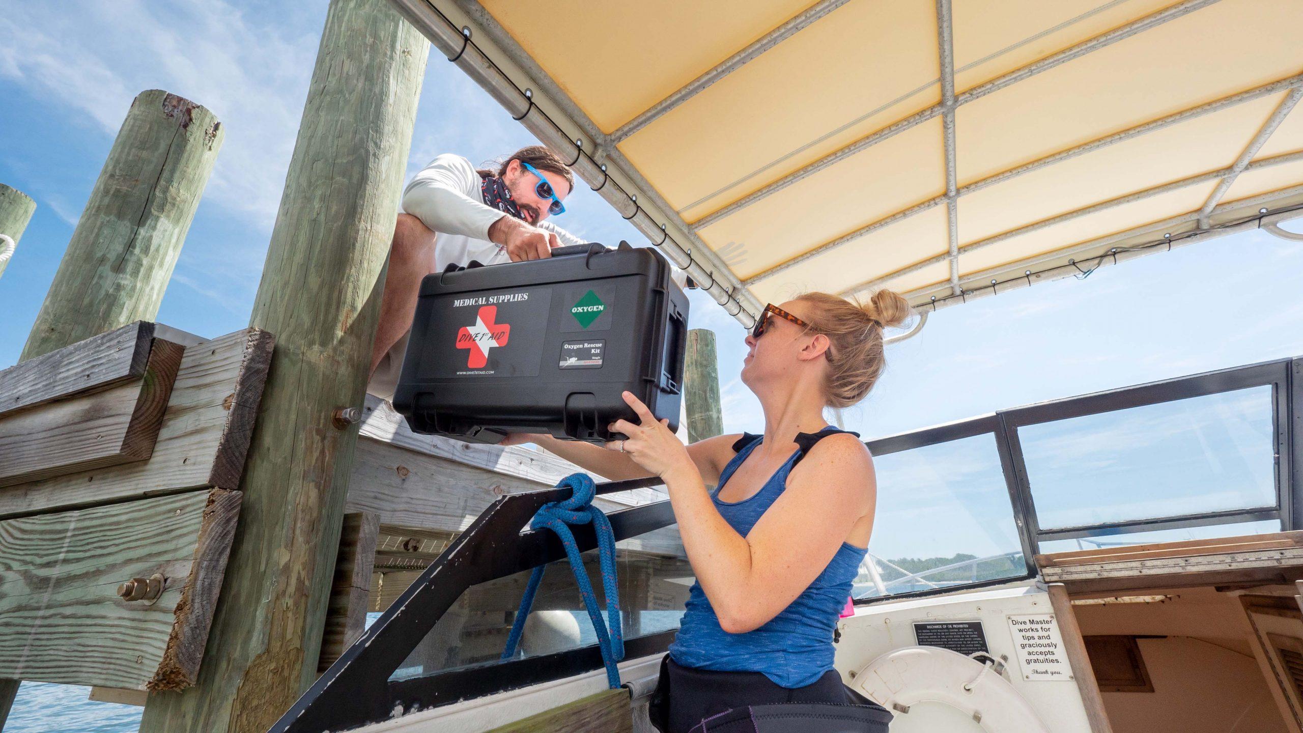 Eerste-respons-eerste-hulp-benodigdheden-op-een-boot-foto