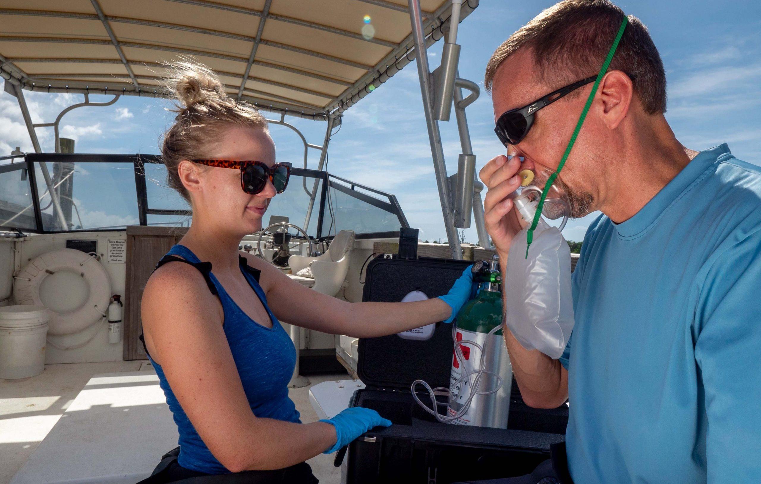 Eerste reactie-zuurstof-toediening-op-een-boot-foto